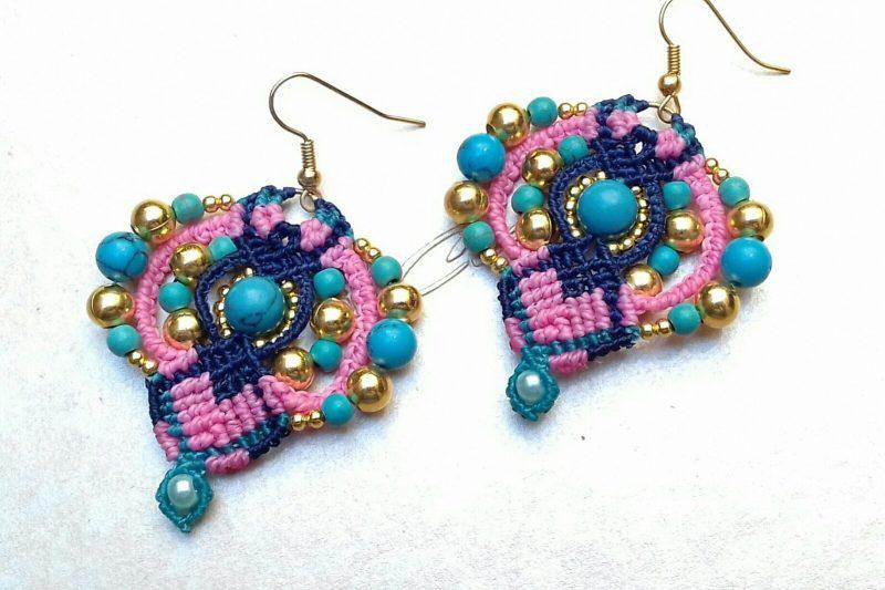 Orecchini Bohèmes in micro macramè con perle turchesi